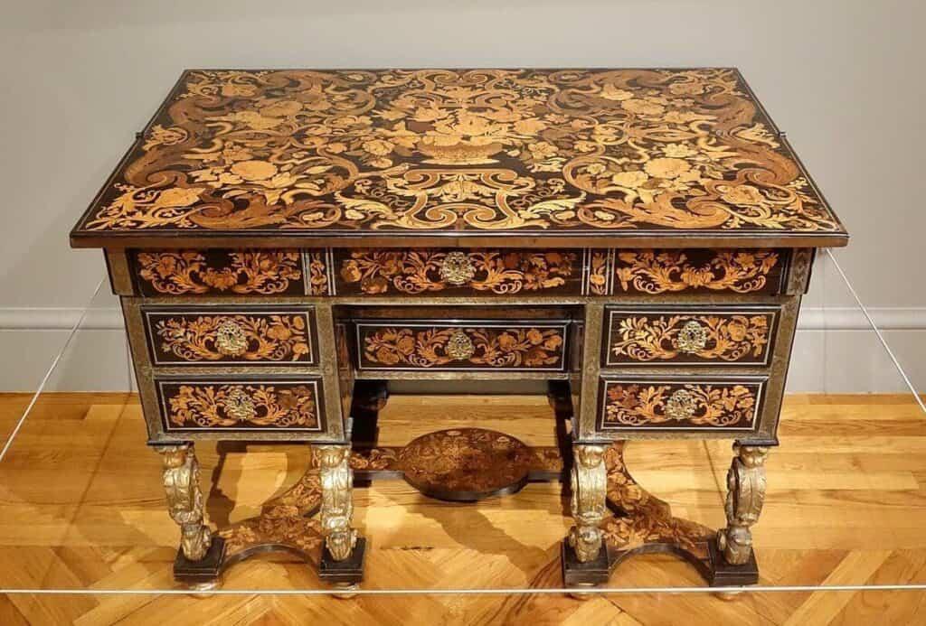 Ein Schreibtisch, teilweise Ebenholz, aussgestellt im California Palace of the Legion of Honor, datiert auf ca.1680