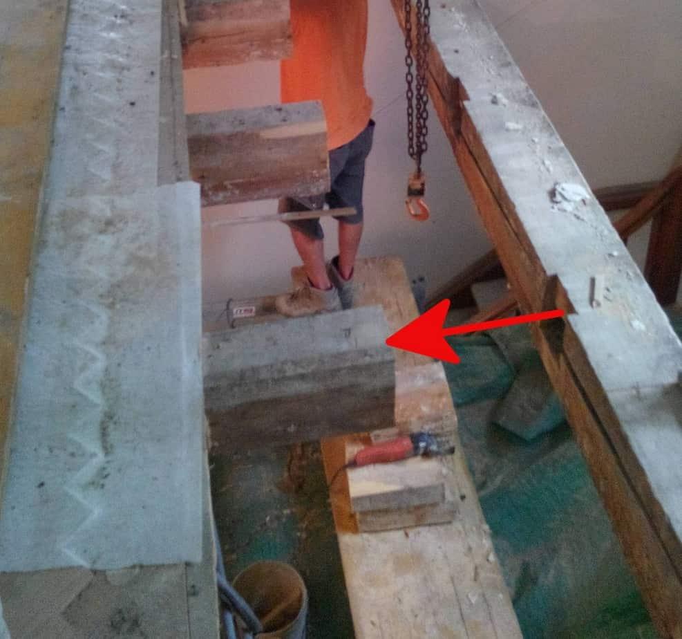 Abb. 1: der besthende Treppenwechsel musste über 4 Stockwerke zurückgesetzt werden und mit Balkenschuhen neu befestigt werden.