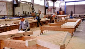 Erstellung der Einzelteile eines Holzhauses in einer Zimmerrei