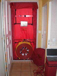 Hier wurde das Blower-Door-Gerät in die Eingangstüre eingebaut.