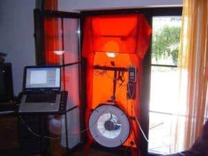 Ein in die Gartentüre eingesetztes Blower-Door-Gerät. Dieses Differenzdruck-Messverfahren hilft beim ermittlen der stündlichen Luftwechselrate.