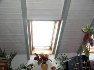 Die selbe Sicht wie in der Infrarotaufnahme. Aufgenommen mit einer normalen Kamera. Das Dachfenster weißt verschiedene Leckagen auf.