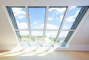 Lass Licht in deine Dachwohnung! Große Dachfenster ermöglichen ein helles Wohnflair.