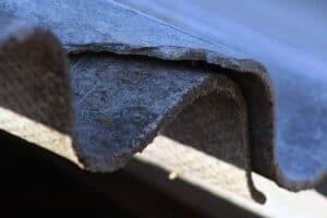 Es ist fraglich ob sich eine Dachbeschichtung bei Eternitplatten lohnt.