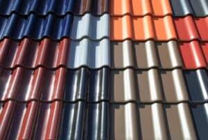 Die Hersteller bieten die verschiedensten Farben Dachbeschichtungen an. Es reicht von schlichtem dunkelrot über grau bis zu blau und grün.