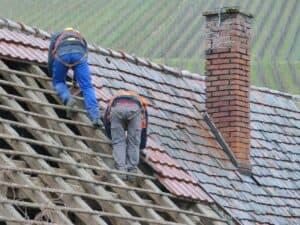 Teilweise ist eine Neueindeckung sinnvoller als eine Dachbeschichtung. Das ist abhängig vom Zustand deines Daches.