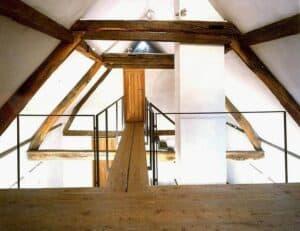 Dieser Dachstuhl eines Fachwerkhauses wurde mit einer Aufsparrendämmung gedämmt.