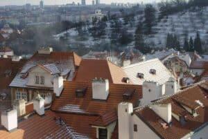 Wieviel Schnee auf den Hausdächern liegt sagt viel über die Dachdämmung aus.