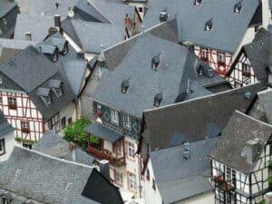 Jedes Dach kommt irgend wann einmal in die Jahre. Hier Fachwerkhäuser mit Schieferdach.