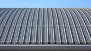 Moderne Blechdächer haben viele Vorteile. im architektonischen Bereich.