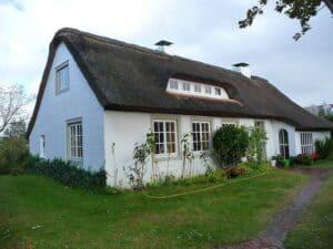 Ein restauriertes Bauernhaus mit ansprechendem Reetdach.