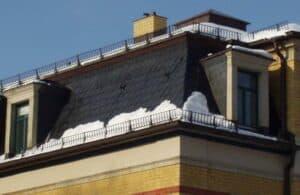 Schneefanggitter an einem Mansarddach.