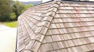 Holzschindeln auf einem Dach