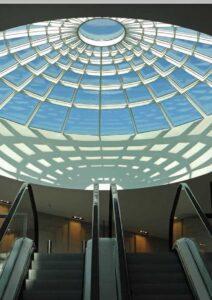 Riesen-Lichtkuppel in einem Einkaufszentrum. Erhelle doch auch deine Wohnung!