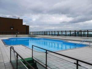 Eine Dachterrasse auf einem Flachdach wird hier für eine riesigen Pool genutzt