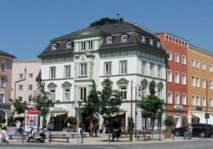 Historisches Gebäude an einem Marktplatz