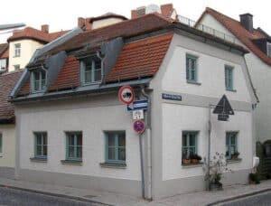 Ein Wohnhaus mit Mansarddach muss häufiger gewartet werden