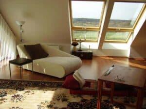 Gut ausgenutzte Dachschräge: hier mit großen Dachfenstern.