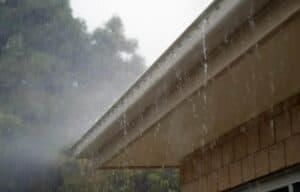 Bei Satteldächern nimmt der Regen die Verschmutzungen mit