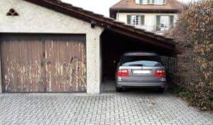 Eine Möglichkeit für den Ausbau mit einem Schleppdach: Ein Carport direkt neben dem Haupthaus