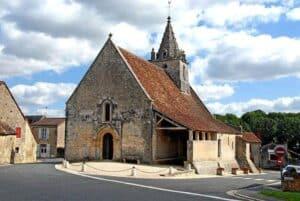 Ein Beispiel eines offenen Anbaus mit Schleppdach, hier an einem sakralen Gebäude.