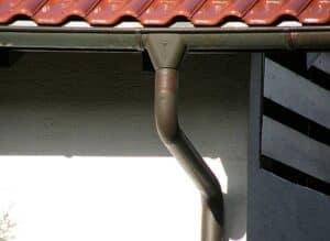 Denke an die richtige Dimensionierung deiner Regenrinne, wenn du ein Schleppdach an das bestehende Dach anschließt!