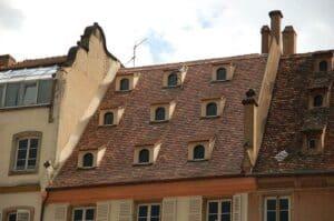 Auch diese kleinen Gauben passen meiner Meinung nach von der Dimension her nicht zu dem sehr hohen Dach.