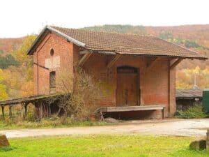 Ein Schleppdach als Überstand an einem Bahnhof