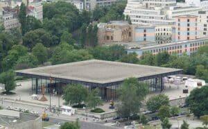 Ein großes Flachdach eines öffentlichen Gebäudes