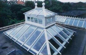Ein Laternendach kann wie hier aus komplett aus Glas gebaut werden. So fällt noch mehr Licht ein.