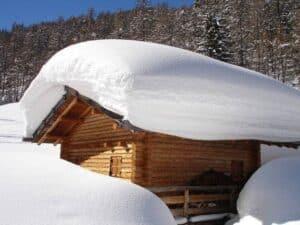 Ein gut gebautes flaches Satteldach kann große Schneemassen tragen, ohne dass Lawinengefahr besteht