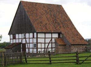 Ein Schleppdach an einem alten Bauernhaus