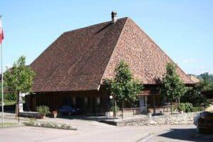 Ein komplettes Walmdach an einem Bauernhaus