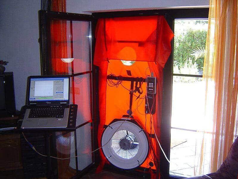 Ein in die Tür eingebautes Blower-Door-Gerät