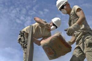 Arbeiter mit einem Zementsack auf der Baustelle