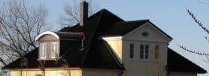 Die auf diesem Dach verbaute Rundgaube passt meiner Meinung nach überhaupt nicht zum Stil des restlichen Hauses. Hier hätte besser eine Satteldachgaube gepasst.