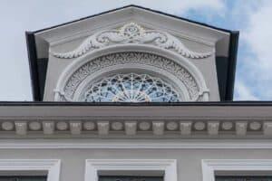 Eine historisch gebaute moderne Gaube.