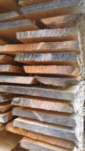 Gelagertes Fichtenholz