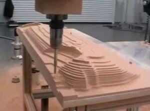 Hier fräst eine CNC-Fräse ein Landschaftsmodell aus.