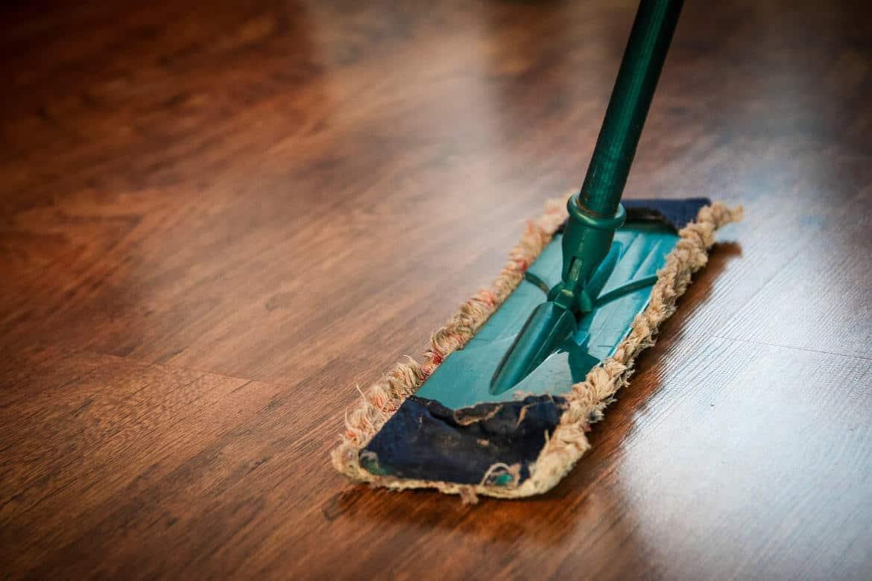 4 günstige Profi-Tipps zum Reinigen von Holz · BAUBEAVER