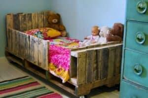 Alternativ-Palettenbett für Kinder, mit Geländer