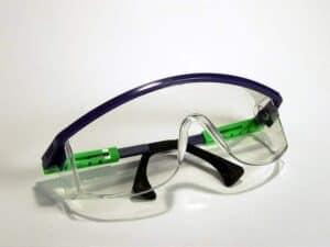 Beim Entfernen von Rauputz ist eine Schutzbrille sehr wichtig.