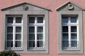 Die Verputzarbeiten direkt um Fenster und Türen sind immer aufwendige Handarbeit.