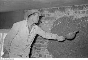 So wurde früher mit der Kelle der Putz an die Wand geworfen.