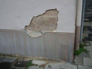Bei beschädigtem Rauputz muss nicht die ganze Wand neu verputzt werden. Es können auch einzelne Stellen repariert werden.
