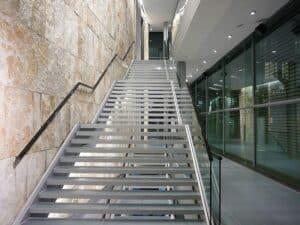 Eine gerade Treppe mit Zwischenpodesten
