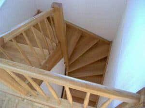 Viertelgewendelte Holztreppe