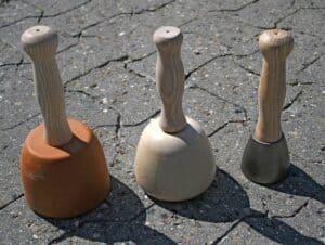 Links ein Steinmetz-Klüpfel, mittig ein Vollholzklüpfel , rechts ein Metallklüpfel