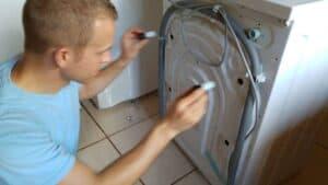 transportsicherung-waschmaschine-einsetzen