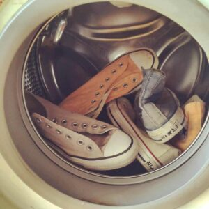 Die Wäsche sammelt sich wenn die Waschmaschine stillsteht..